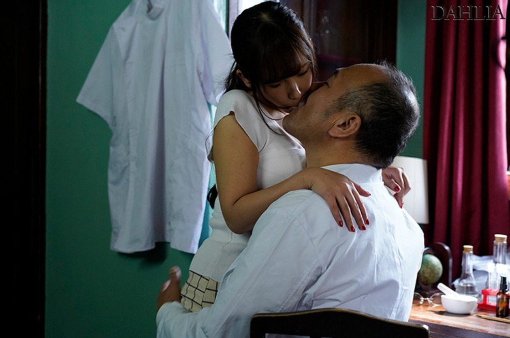 夫が入院中の1週間、元薬剤師の義父のキメキス姦で完堕ちした巨乳妻―媚薬と接吻中毒になったわたし― 我妻里帆1